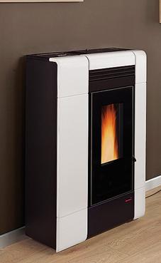 NORDICA-EXTRAFLAME ILENIA 2,4-8 kW Canalizada - Revestimiento en cerámica - Ventilación forzada - Hogar en fundición extraíble - Intercambiador de calor con sistema de limpieza manual Colores: Blanco , negro brillante, y burdeos.